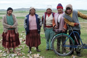 Darren donated his tricycle to this Peruvian family at the end of his tour