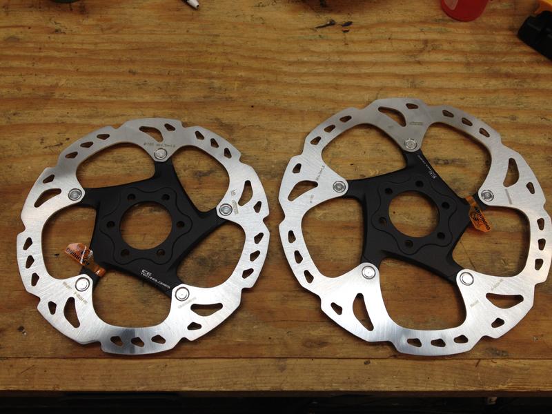 Brake rotors 160mm (L) 180mm (R)