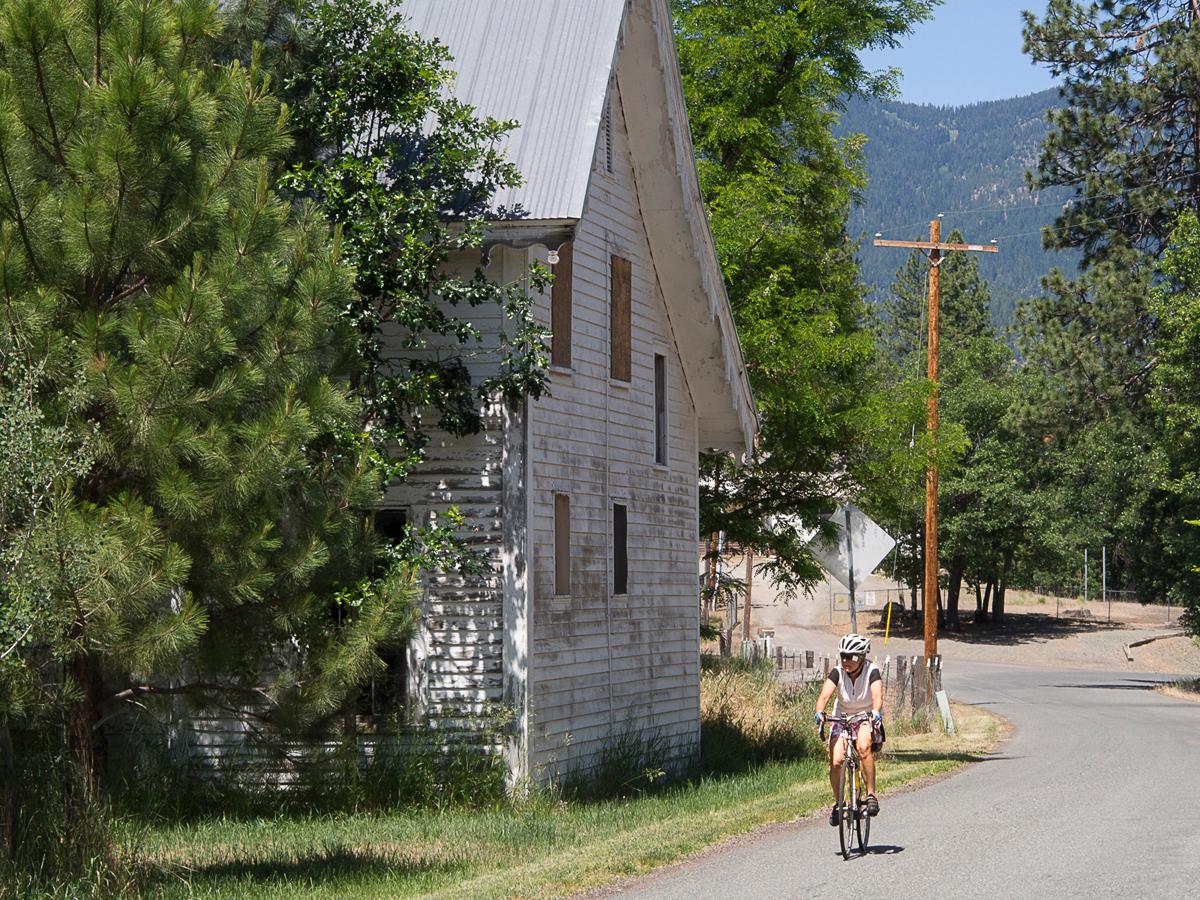 Jacquette riding through Quartz Valley, California. Photo by Howard Shafer