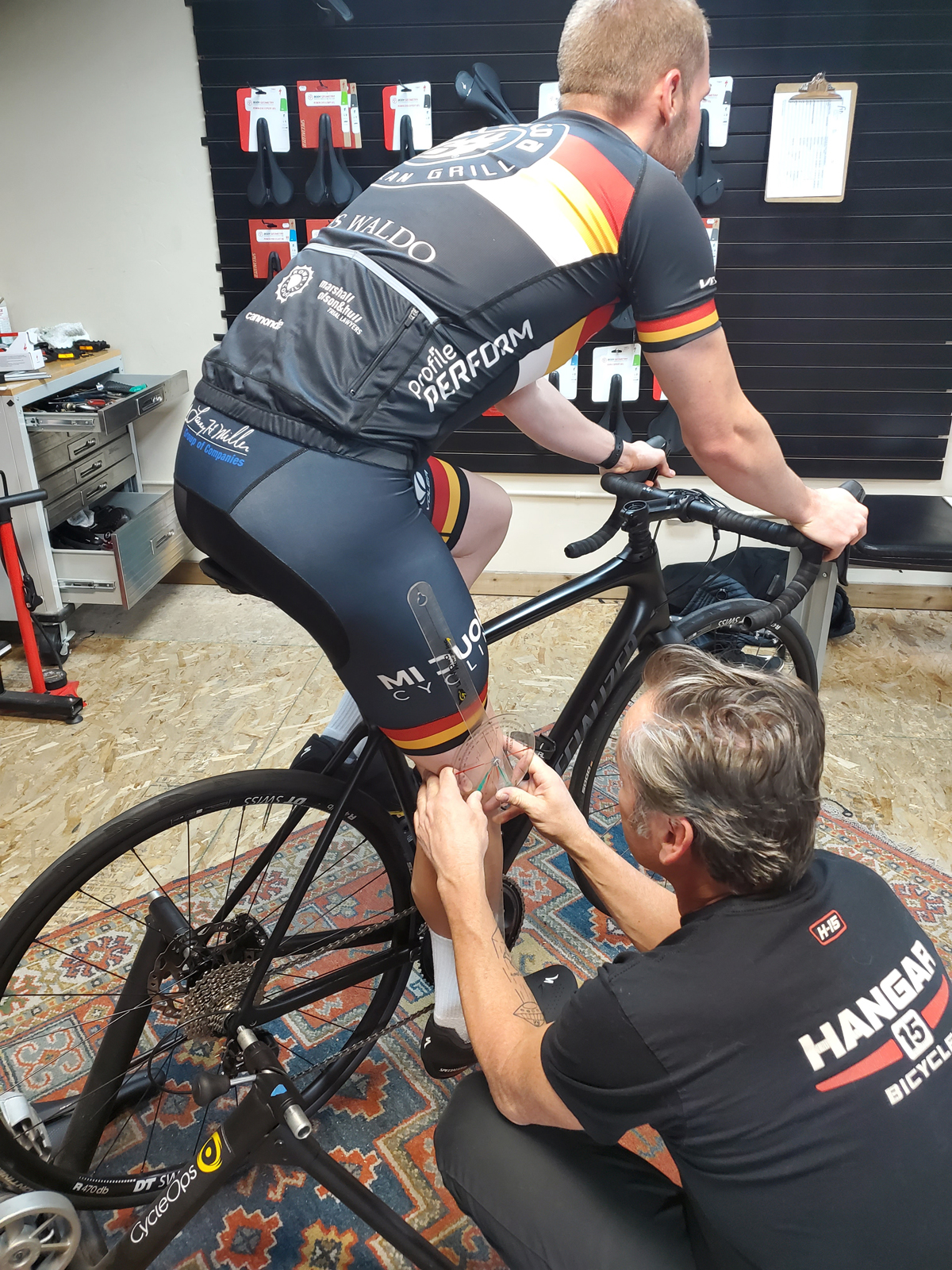 Mike Hanseen adjusts Graydon Braithwaite's (Mi Duole Cycling Team) bike fit. Photo by Anthony Nocella II
