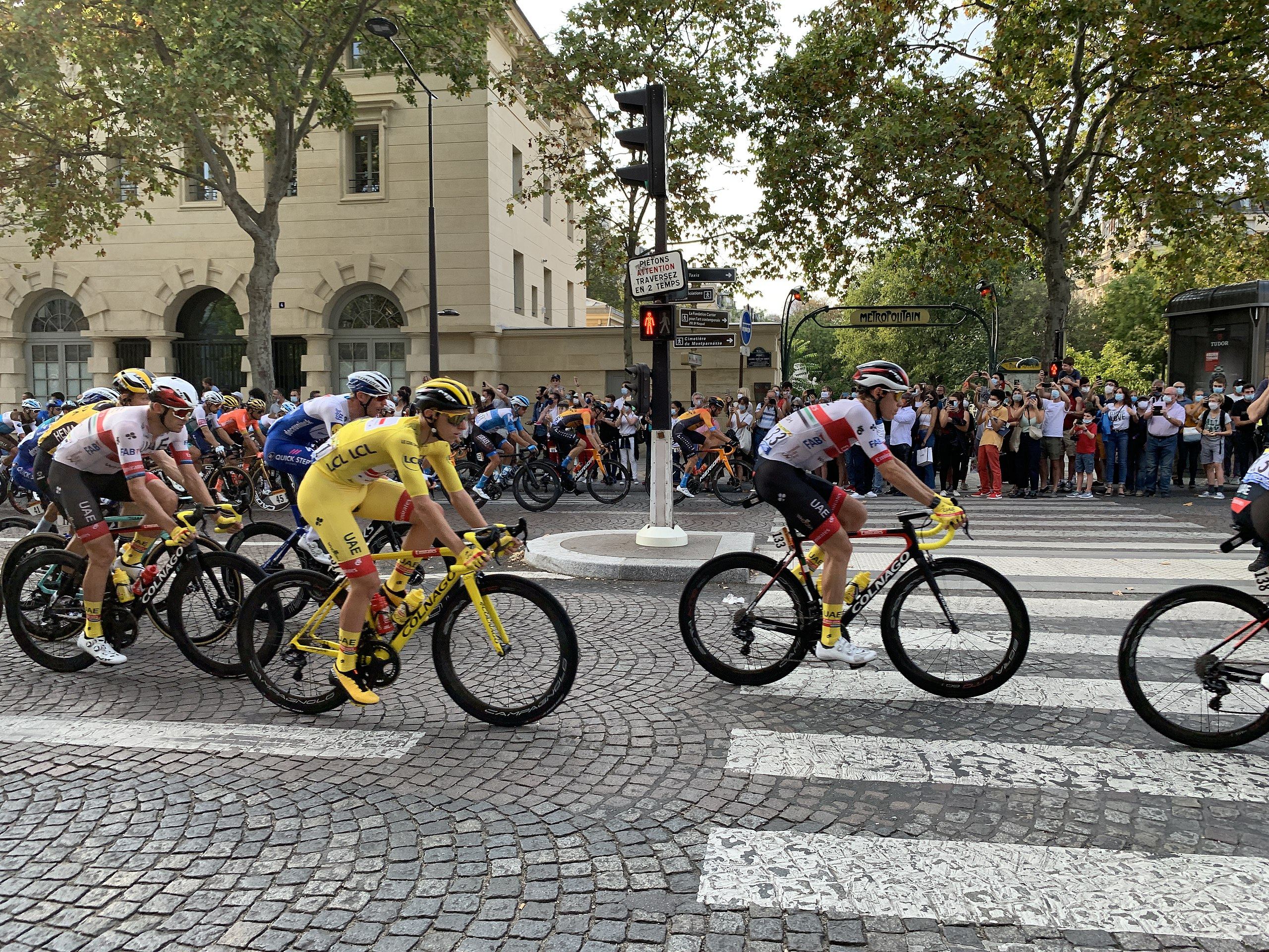 21e étape du Tour de France 2020, avenue du Colonel Henry Rol Tanguy, Paris. Tadej Pogačar in yellow jersey and on a yellow bike, 2020-09-20 in France. CC BY-SA 4.0