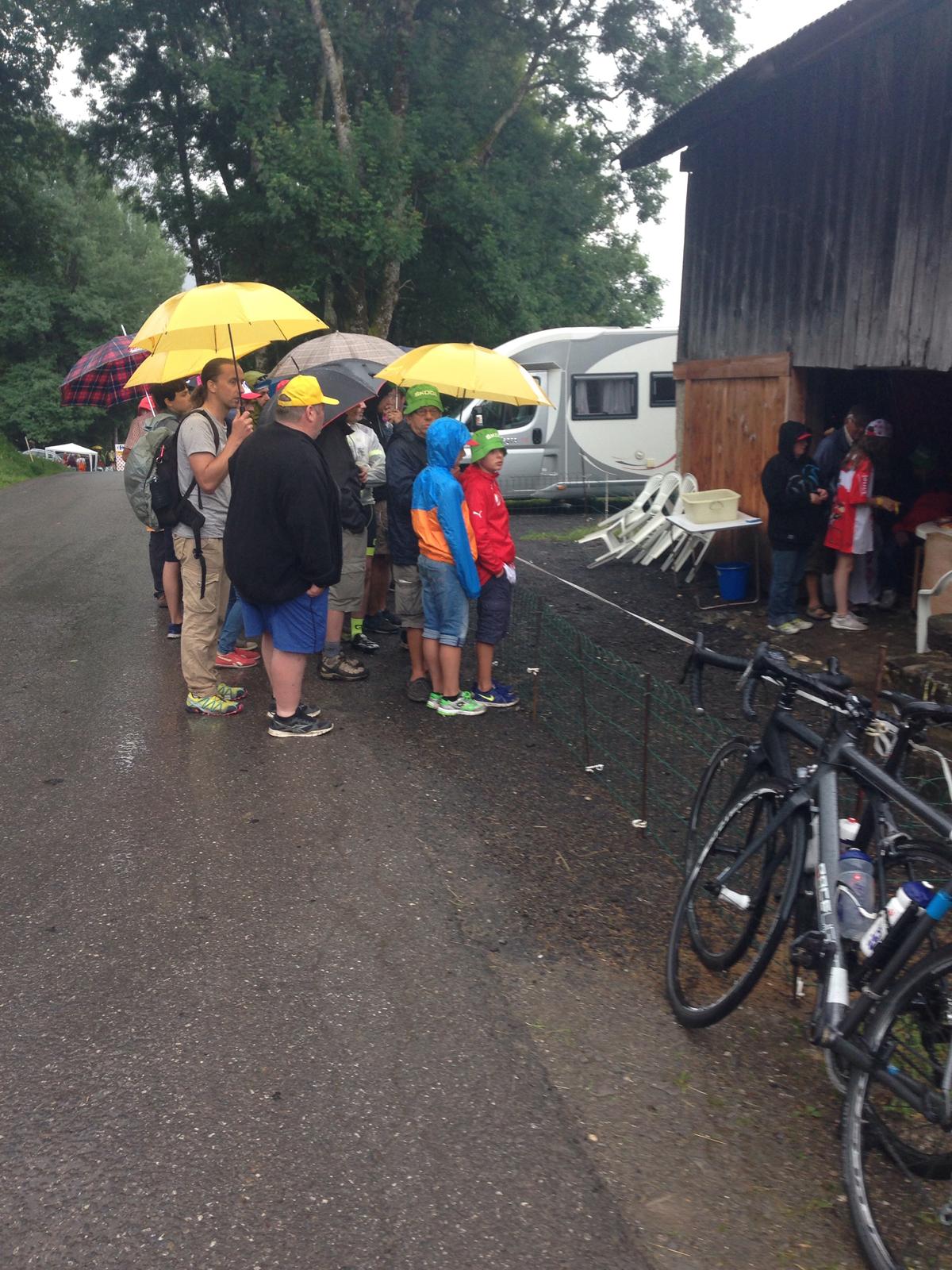 Umbrella group watching the Tour on television. Photo by Enrique Arce-Larreta
