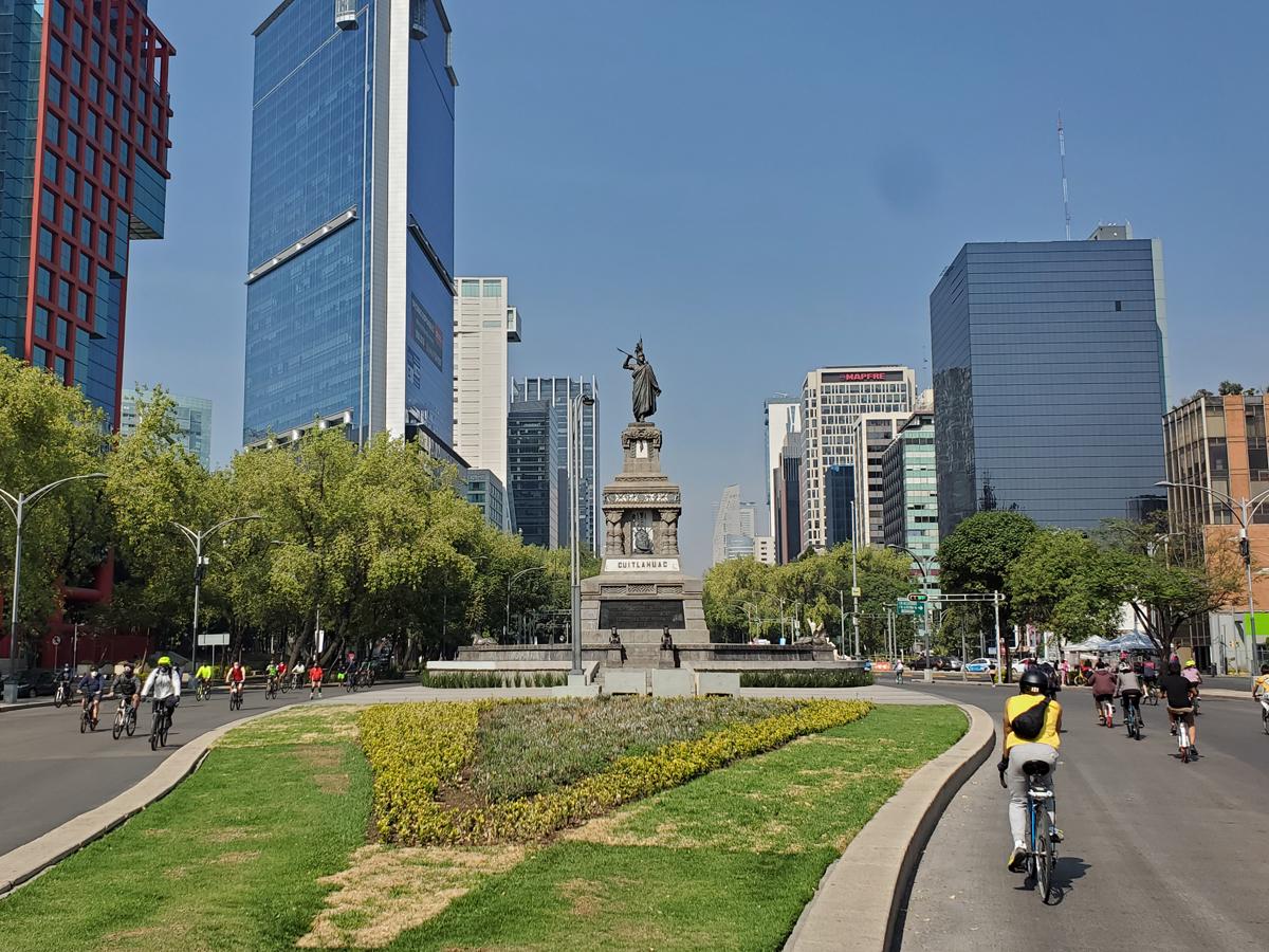 Cyclists on the Sunday Muévete de Bici ride in Mexico City. Photo by David Ward