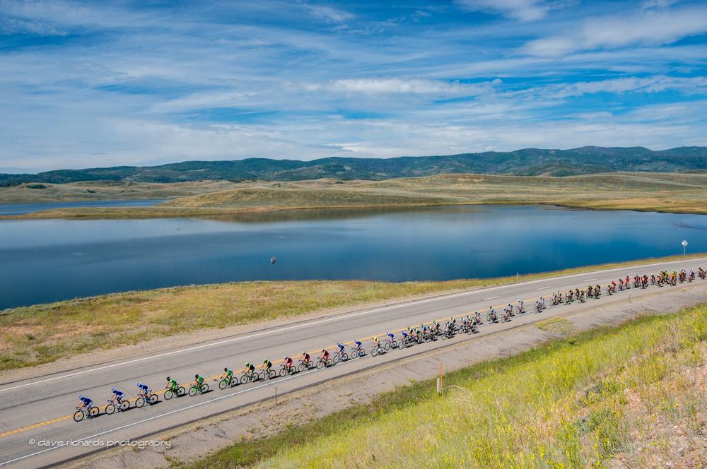 The-peloton-rolls-along-Strawberry-Reservoir-Stage-4-2015-Tour-of-Utah-daverphoto.com